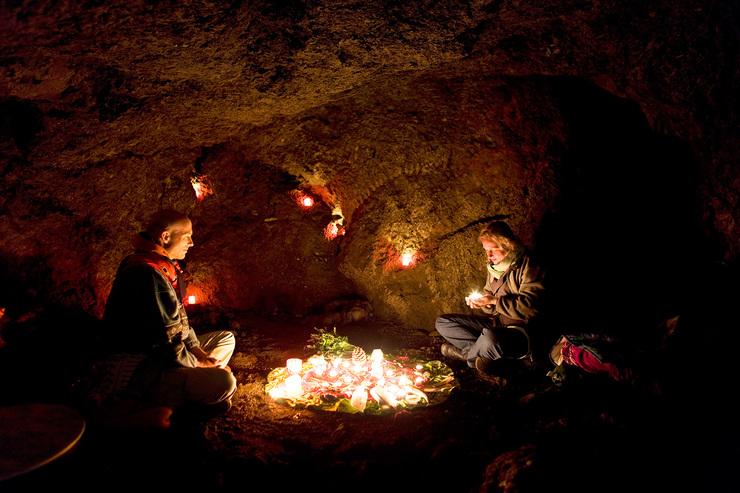 Medizinrad-Zeremonie in der Höhle. Solche und andere Zeremonien in der Natur gibt es in der Jahresgruppe. Mehr dazu, klicke auf das Bild.