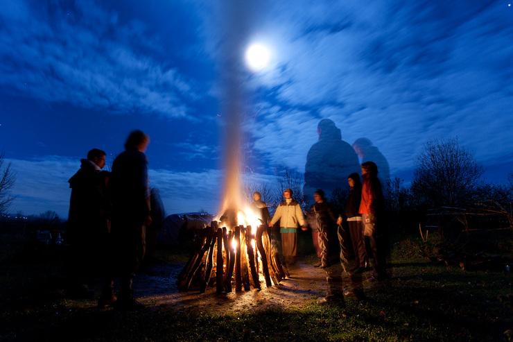 Vor Sonnenaufgang gemeinsam am Schwitzhüttenfeuer, das ist eine wundervolle Erfahrung. Mehr zur Jahresgruppe, klicke auf das Bild. /  Schwitzhütten kannst du auch an Wochenenden erleben. Schaue auf der Website unter Schwitzhütten–Tagen.