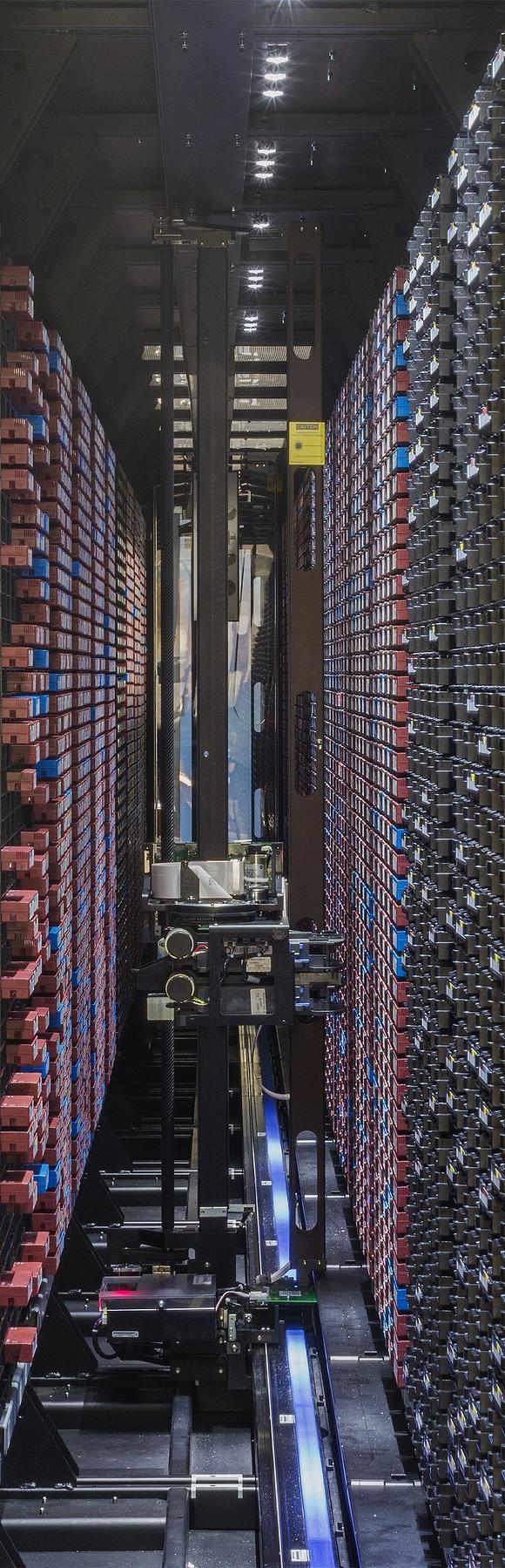 Die Magnetbänder des bwDataArchiv werden bei Bedarf per Roboter aus dem Regallager geholt. (Bild: KIT).