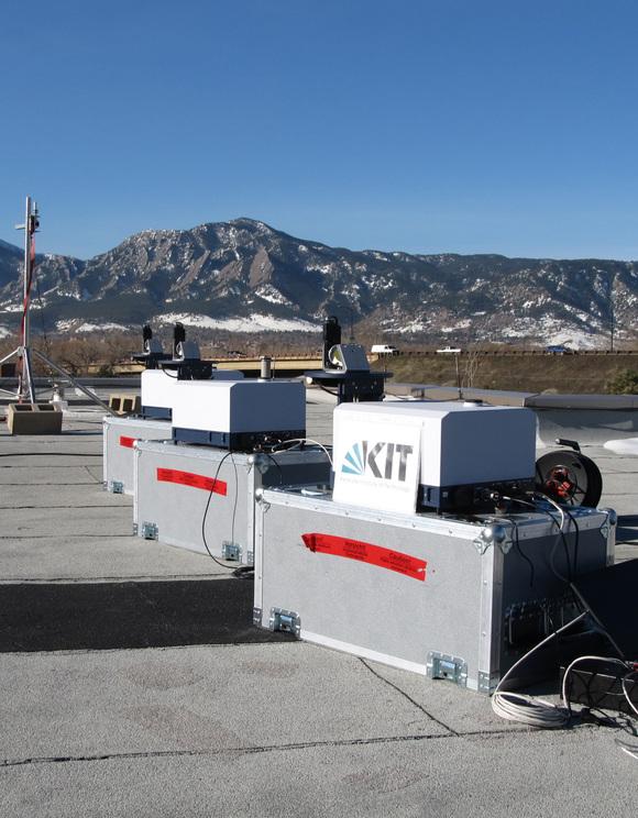 Die hochpräzisen Geräte zur Messung der Methankonzentration auf dem Dach des National Center for Atmospheric Research, Boulder. (Foto: Thomas Blumenstock, KIT)
