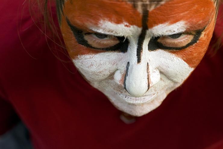 Vor dem Krafttier–Tanz wird das Tier auf dem Körper aufgemalt und danach zu Trommelmusik getanzt. Schamanen nennen dies das Krafttier erwecken. Tanzen kann man auch ausserhalb der Jahresgruppe. Link, klicke dazu auf das Bild.